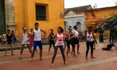 Jóvenes preparan baile para el Cabildo de Getsemaní. Plaza La Trinidad. Fotografía: Nelson Jiménez.