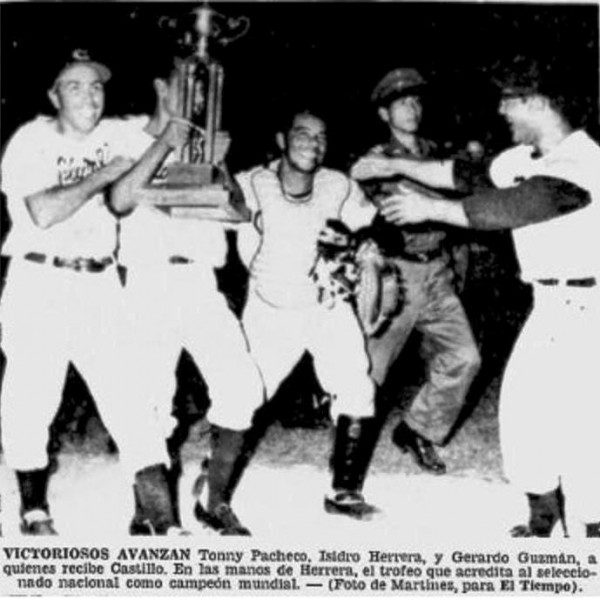 Celebrando con el trofeo de campeones  Serie Mundial de Béisbol 1965.